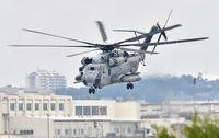 米軍、CH53Eの飛行再開 小学校近く上空を飛行 事故から6日、沖縄県は強く反発