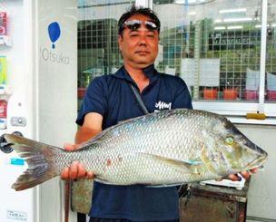 座間味島で73.8センチ、5.19キロのタマンを釣った新城光夫さん=5日
