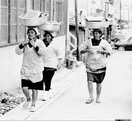 カミアチネーをする奥武島の女性たち(上江洲均さん撮影)