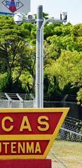 米軍普天間飛行場野嵩ゲートに沖縄防衛局が設置した監視カメラ=27日、宜野湾市