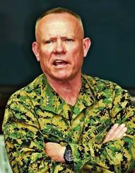 墜落事故の経過を説明し、オスプレイの丈夫さや耐久性を強調するニコルソン四軍調整官=14日、北中城村・キャンプ瑞慶覧