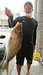 恩納村海岸で71・5センチ、4・53キロのタマンを釣った當眞卓弥さん=12月27日