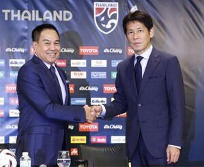 タイ代表監督に就任し、タイ・サッカー協会のソムヨット会長(左)と握手を交わす日本代表前監督の西野朗氏=19日、東京都内