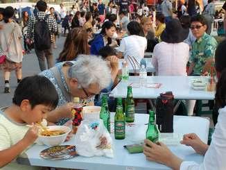 牛肉麺などの台湾料理を食べる来場客ら=28日、豊見城市・瀬長島ウミカジテラス