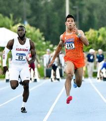 男子100メートルの1次予選で10秒26をマークしたサニブラウン・ハキーム(右)=ジャクソンビル(共同)