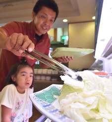 野菜を取り分けるトング。衛生面で対策を強化する店が増えている=20日、那覇市内の飲食店