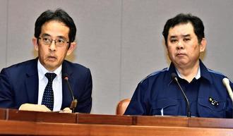 記者会見で質問に答える県の砂川靖保健医療部長(右)と糸数公保健衛生統括監=14日午後、県庁