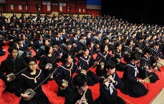 県内47校290人余の三線合奏で開幕した全国中学校総合文化祭沖縄大会=13日午前、浦添市てだこホール