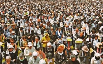被害者の冥福を祈り黙とうする県民大会の参加者=19日午後、那覇市・奥武山公園陸上競技場(下地広也撮影)