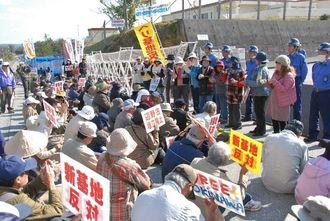ゲート前に座り込み、新基地建設の反対を訴える市民ら=5日午後11時ごろ、名護市辺野古・米軍キャンプ・シュワブ前
