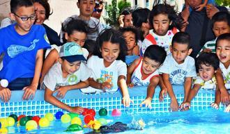 海洋生物型ロボットに歓声を上げる子どもたち=12日、那覇市・タイムスビル