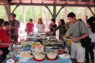 湖畔のピクニックで交流の輪を広げたアトランタ沖縄県人会=米ジョージア州立公園
