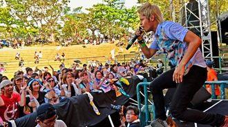 Civilian Skunkの熱演に、ステージと観客が一体となり盛り上がった=12日、沖縄市野外ステージ(伊藤桃子撮影)