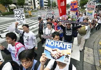ヘイトスピーチに抗議するデモ参加者=2014年11月2日、東京都