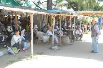 座り込みに参加する抗議の市民ら=29日、名護市辺野古・米軍キャンプ・シュワブゲート前