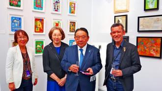 高評価を受けた幸地学さん(右)や鑑賞に訪れた木寺昌人大使、夫人ら=フランスのグラン・パレ会場ブース