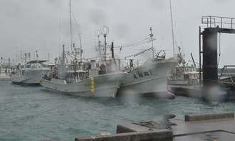 台風13号接近に備え、ロープで係留される船体=6日午前10時すぎ、糸満市・糸満漁港