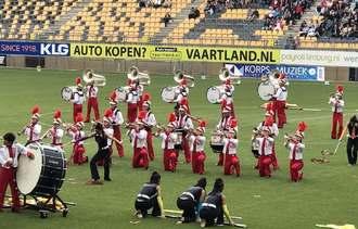 第18回世界音楽コンクールで演奏する西原高校マーチングバンド部=オランダ(保護者提供)
