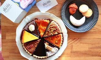季節のフルーツやナッツを焼き込んだタルトと三日月型のキプフェルなどの焼き菓子=7日、浦添市城間・菓子工房mimi