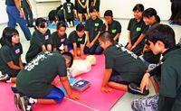 金武の中学生ら AED使い練習/消防署で救急講習