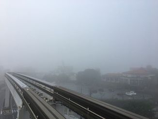濃霧でレールの先がみえづらくなった沖縄都市モノレール=4日午前8時、那覇市おもろまち駅