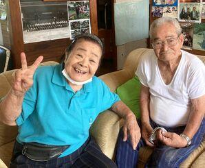人を笑わせるのが好きだと話す大田吉子さん(左)と夫の孝全さん=16日、国頭村奥間