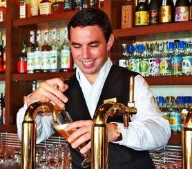 インターンシップ生としてカフーで働くアンドリュー・ボスコさん=7月16日、カフーリゾートフチャクコンドホテル