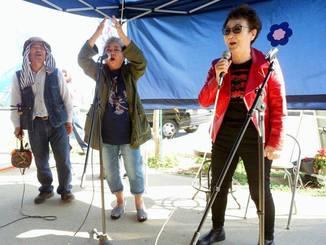街宣車が通過したとき、加藤登紀子さんはジョン・レノンの「パワー・トゥ・ザ・ピープル」を歌って皆を励ました