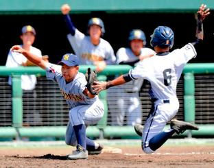 3回表興南無死一塁、伊礼希龍の中飛で飛び出した一走の里魁斗(右)を中継プレーで刺し併殺とした糸満守備陣。左は一塁手の金城佑真