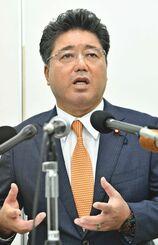 (資料写真)記者会見で100万円受領の経緯を説明する下地幹郎氏