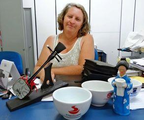 おわん、そば人形、三線ー。アルビーラさんの事務所には毎年のそばフェスティバルのうちなーグッズが並ぶ
