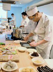 黒糖を使った和菓子を作る角村茂さん(手前)=5日、新宿区市谷田町の「Patia市ヶ谷」