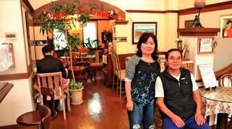 「石の湯 伊の前」のカフェ「茶茶るいゆう」。手前右から代表の喜屋武哲雄さん、妻和世さん=2018年12月、八重瀬町仲座