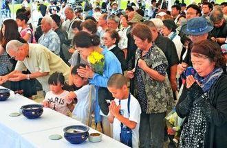 戦没者の冥福を祈り焼香する参列者=23日午後1時すぎ、糸満市摩文仁・平和祈念公園