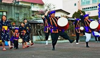 エイサーを披露する安次富代表(右から3人目)ら「いわき美らてぃーだ」のメンバー=11日午後5時半、福島県いわき市