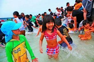 待ちに待った海開きで水遊びを楽しむ子どもたち=3日、与那覇前浜ビーチ