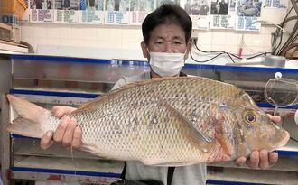 南部海岸の漁港で72センチ、4・45キロのタマンを釣った金城隆さん=6月24日