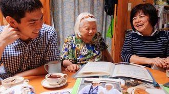 家族の思い出を語り合う知花キヨさん(中央)と娘の新川美津留さん(右)、孫の翔也さん=昨年12月、沖縄市