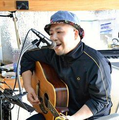 路上ライブができなくなり、自宅スタジオで歌う森島和樹さん=那覇市