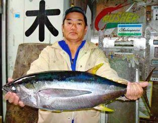 12日、泡瀬パヤオにて80センチ6・75キロのキハダマグロを釣った島袋政和さん。リールはペン4/0、針タマン17号