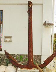 村内で展示しているファン・ボッセ号のものとされる鉄製のいかり=多良間村・ふるさと民俗学習館