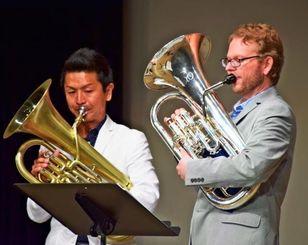 公演する鈴木さん(左)とマットさん=20日、名護市民会館