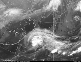 台風19号の気象衛星の画像(12日午前6時現在、気象庁ホームページから)