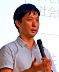 講演する大正大准教授の田中俊之さん=県庁