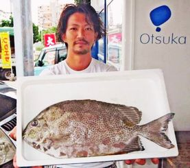 伊平屋島で49.2センチ、2.09キロのカーエーを釣った山内伸也さん=8月15日