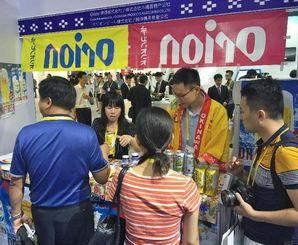バイヤーらが訪れ、にぎわう県内企業や団体のブース=8日、アモイ市(県産業振興公社提供)