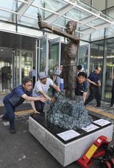 2018年7月、市民団体側に返還された徴用工像=韓国・釜山の国立日帝強制動員歴史館(共同)