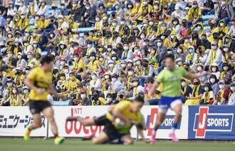 ラグビーのトップリーグプレーオフ、サントリー―NEC戦をスタンドで観戦するファン=4月24日午後、東京都港区の秩父宮ラグビー場