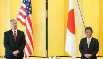 会談に臨むビーガン米国務副長官(左)と茂木外相=10日午前、東京都港区(代表撮影)