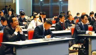 金融特区の優位性の説明に耳を傾ける参加者=16日、東京都千代田区・東京国際フォーラム